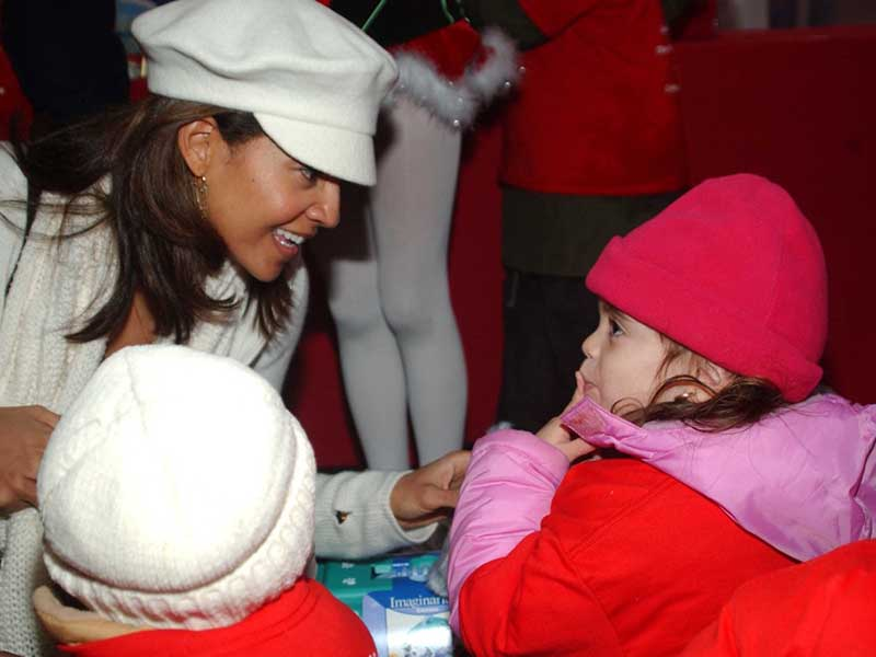 Tracy Mourning gives a child a Christmas present